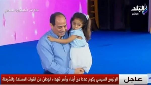 رفض تركها.. رد فعل إنساني من الرئيس السيسي تجاه ابنة شهيد.. فيديو
