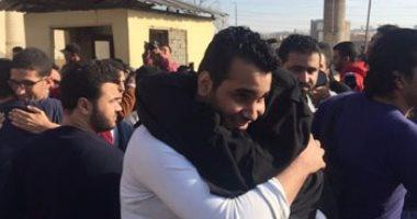 """بالصور.. خروج سجناء العفو الرئاسى من طره بهتاف: """"بنحبك يا سيسى.. تحيا مصر"""""""