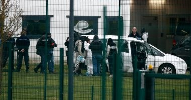 صور.. متشدد يطعن حارسين بسجن فى فرنسا أثناء زيارة زوجته له