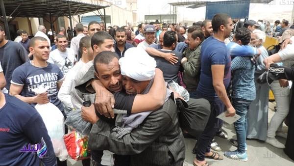 شاهد.. فرحة أهالي المسجونين المفرج عنهم بمناسبة ذكرى تحرير سيناء