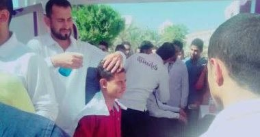 بالصور.. حلاق فى جامعة حلوان يثير سخرية مواقع التواصل.. وطلاب: إعلان ترويجى
