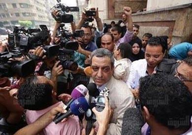 الدفاع في محاكمة «نقيب الصحفيين»: اتهام «قلاش» بإيواء مطلوبين للعدلة لا أساس له
