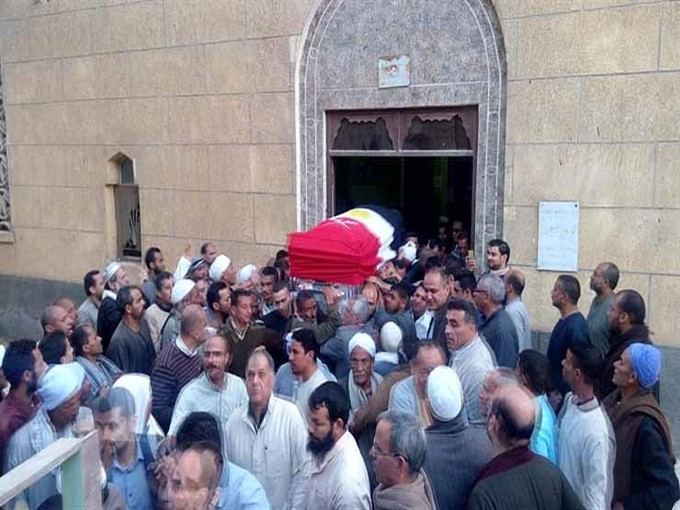 الآلاف من أهالي المنيا يشيعون جثمان الفريق أبوشناف لمثواه الأخير