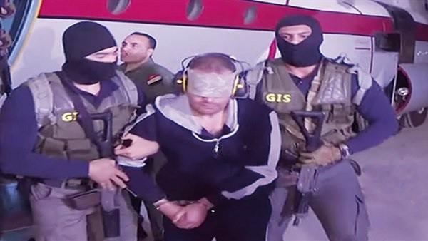 سر وضع سماعات أذن للإرهابي هشام عشماوي لحظة وصوله إلى مصر.. فيديو