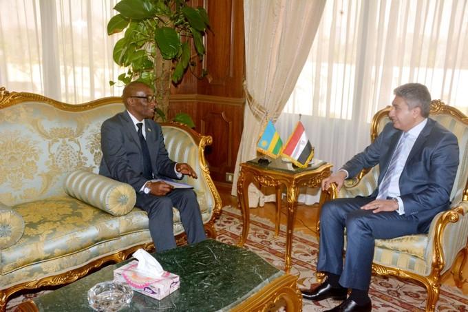 وزير الطيران يلتقى بسفير جمهورية رواندا بالقاهرة لبحث التعاون المشترك