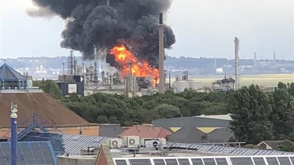 حريق ضخم في ثاني أكبر مصفاة للنفط ببريطانيا.. فيديو