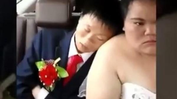 النوم سلطان.. عريس يدخل في ثبات عميق على كتف عروسه خلال زفافه
