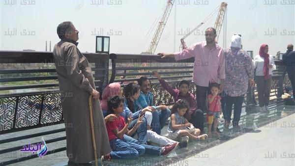 شاهد.. مواطنون يفترشون الممشى الزجاجي بمحور روض الفرج في العيد