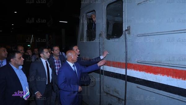 وزير النقل يتفقد محطة مصر في جولة مفاجأة .. صور