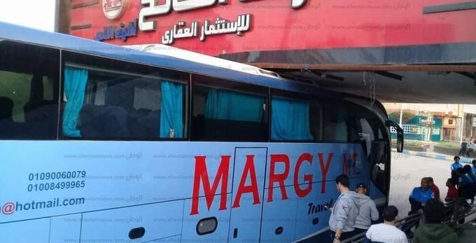 بالصور| حافلة الترسانة «محشورة» في نفق الإسماعيلية
