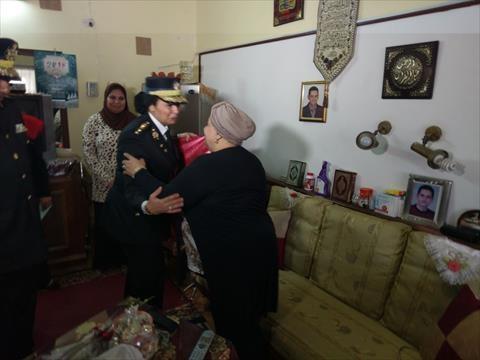 بالصور.. قيادات أمن القاهرة يهنئون «المسنات» في يوم المرأة العالمي