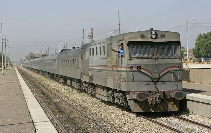 """شاهد.. سائق قطار: جرارات السكك الحديدية """"صندوق زبالة"""""""