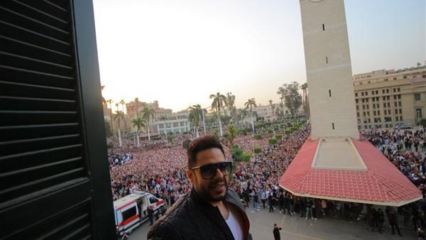 شاهد.. رد فعل الجمهور على أول ظهور لـ محمد حماقي على مسرح جامعة القاهرة