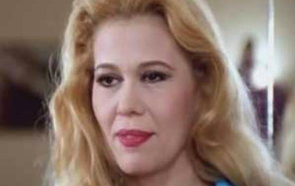شاهد.. إيمان تهزم الزمن بإطلالة أنيقة في مهرجان القاهرة
