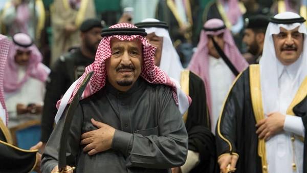 سبب بكاء الملك سلمان خلال تأديته رقصة العرضة.. فيديو