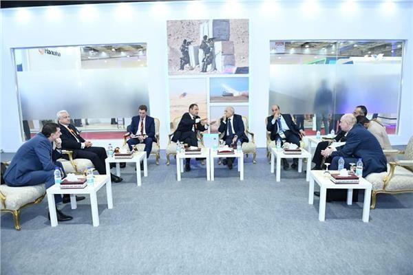 العصار يلتقي وزير التصنيع العسكري البيلاروسي على هامش «إيديكس 2018»