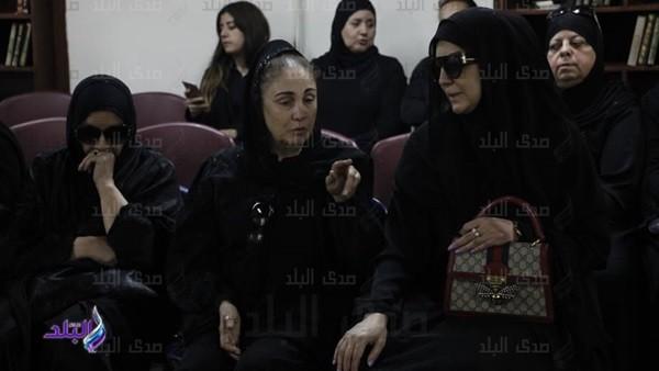 وفاء عامر وشيرين تشاركان في جنازة محمد نجم.. فيديووصور