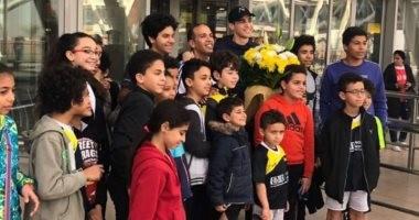 شاهد.. استقبال على فرج بالورود بمطار القاهرة بعد تربعه على عرش الاسكواش