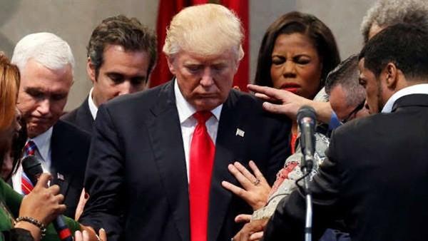 ادعوله.. رجال دين ومبشرون يصلّون من أجل ترامب في البيت الأبيض.. صور