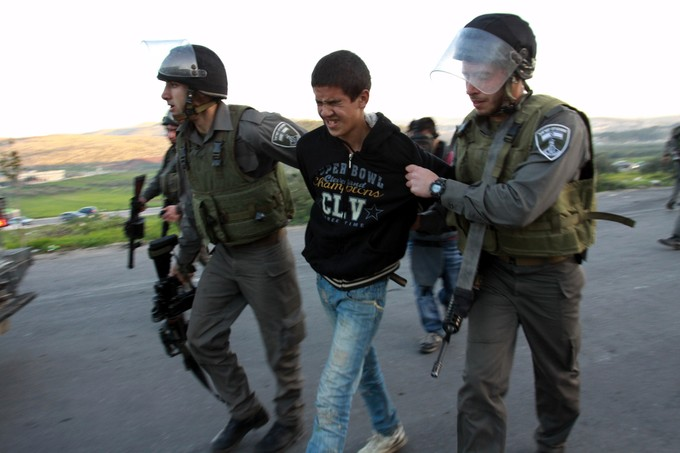 الاحتلال الإسرائيلي يعتقل طفلا رفع العلم الفلسطيني في وجه المستوطنين داخل الأقصى