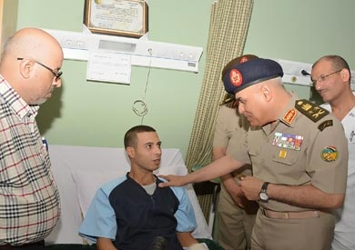 وزير الدفاع يطمئن على مصابي الجيش في «عمليات سيناء»