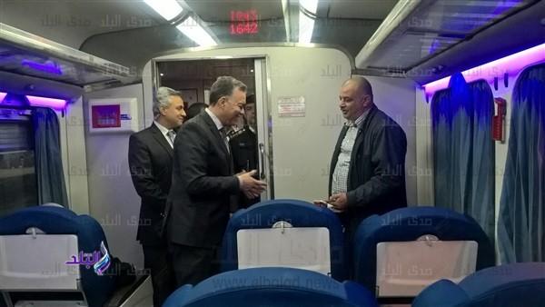 جولة مفاجئة لوزير النقل بخط مترو حلوان ومحطة قطارات رمسيس