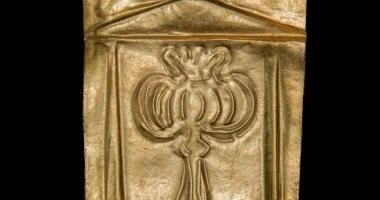 شاهد.. رقائق ذهبية مكتشفة فى تابوت الإسكندرية