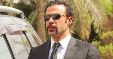 مسلسل هوجان الحلقة 11.. محمد إمام يمتلك بطاقة وموبايل وسلاح وغرفة يعيش فيها
