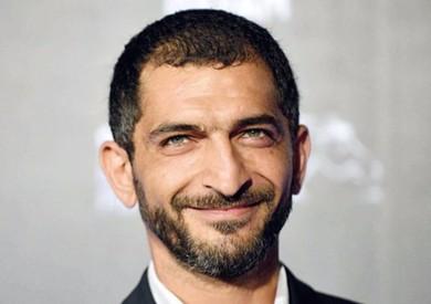 بعد إلغاء تصوير فيلمه بإسبانيا بسبب المطر.. عمرو واكد: «سعيد بالإجازات المفاجأة»