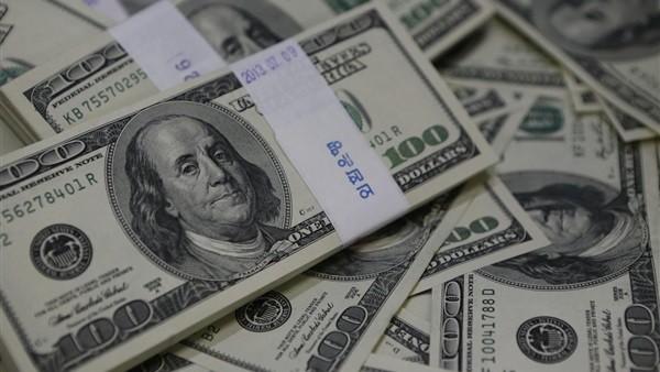 خبير: توقعات بمزيد من تهاوي الدولار بعد إصلاحات البنك المركزي