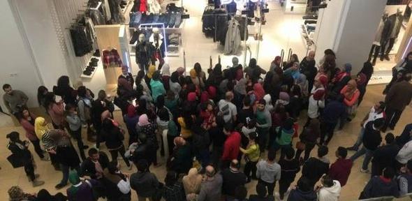 """بالصور  في """"الجمعة السوداء"""".. احتشاد مئات الشباب في """"المولات"""" من أجل التسوق"""