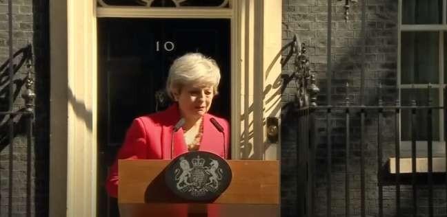 ماي تذرف الدموع أثناء إعلان استقالتها من رئاسة الحكومة البريطانية