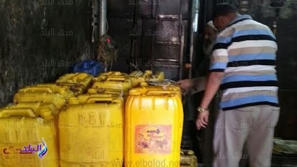 ضبط 9 أطنان زيت طعام مجهول المصدر بحوزة صاحب مصنع فى حلوان.. صور