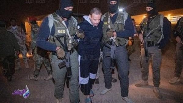 شاهد .. لقطات خاصة للإرهابى هشام عشماوي أثناء ترحيله من ليبيا