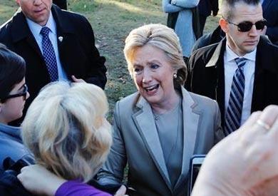 بالصور .. هيلاري كلينتون تدلي بصوتها «برفقة زوجها» فى نيويورك