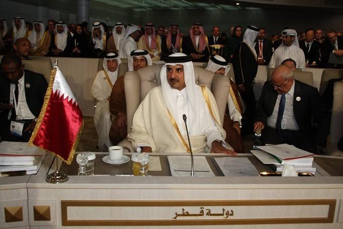 تهديد العصابات الإرهابية.. لماذا غادر أمير قطر القمة العربية خلال كلمة أبو الغيط؟