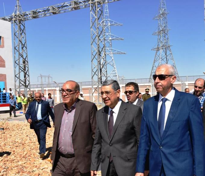 بالصور.. وزير الكهرباء والمحافظ يفتتحان أول محطة طاقة شمسية بأسوان