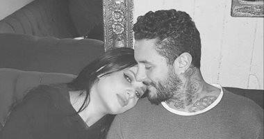 زوجة أحمد الفيشاوى ترد على شائعة طلاقهما بـ10 صور فى حضنه