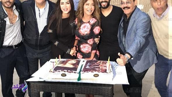 """إيناس عز الدين تحتفل بعيد ميلادها مع """"السبع بنات"""".. صور"""