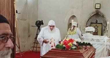 بدء القداس الإلهى على جثمان الراحل الأنبا إبيفانيوس رئيس دير الأنبا مقار