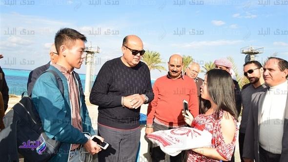 محافظ مطروح يلتقى السائحين على الكورنيش ويلتقط صورا تذكارية.. فيديو وصور