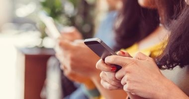 مواطنون يتهمون صاحب محل هواتف بنسخ صور بناتهم أثناء تصليح هواتفهن بالفيوم