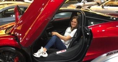 من دبى.. حلا شيحا: دائمًا بحب السيارات الغريبة