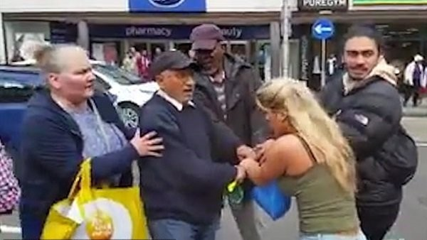 شاهد..حشود تقبض على اللصة الجميلة خلال محاولتها سرقة مسن