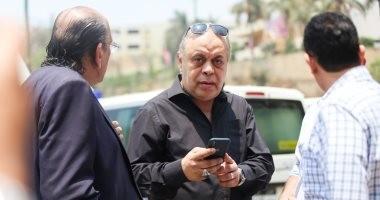 صور.. يسرا اللوزى وأشرف زكى وخالد عبد الجليل يشاركون فى صلاة جنازة عزت ابو عوف