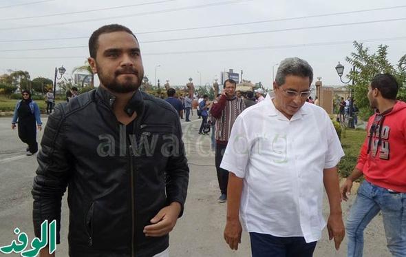 بالصور.. وصول محمود سعد وجمال سليمان لأداء صلاة الجنازة على محمود عبدالعزيز
