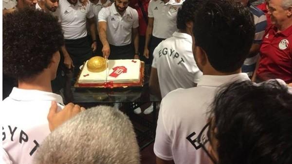 منتخب مصر يحتفل بمحمد صلاح على طريقته الخاصة ..صور