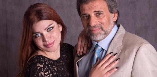 خالد يوسف ينشر صورة مع زوجته: «سأضع يد الجميع على كل خيوط المؤامرة»