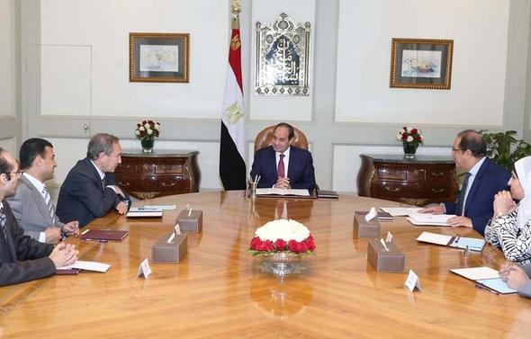 السيسي يفحص ملفات الشباب المحتجزين مع لجنة العفو الرئاسي