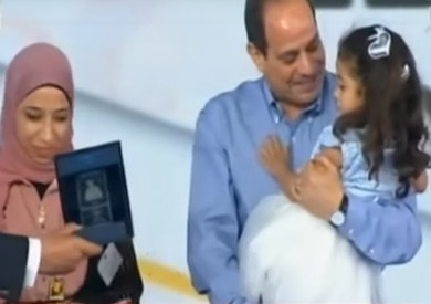 شاهد.. رد فعل السيسي على رفض ابنة أحد الشهداء ترك يده
